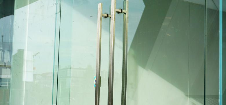 Glazen deuren: stijl, soorten glas en richtprijzen